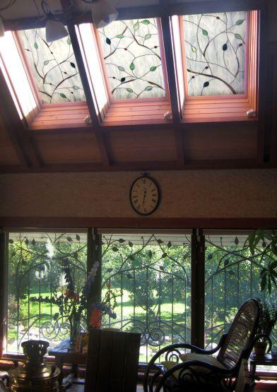 Витраж в окнах в загородном доме